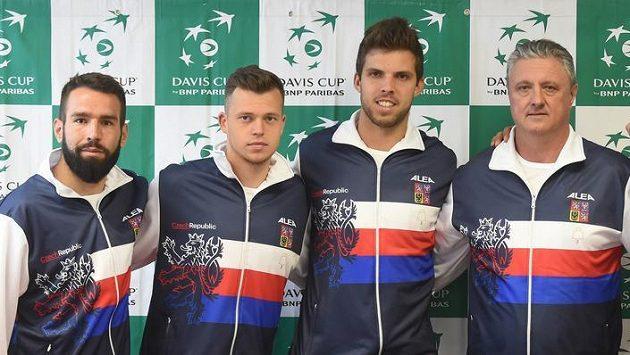 Na snímku zprava jsou tenisté Roman Jebavý, Lukáš Rosol, nehrající kapitán Jaroslav Navrátil, Jiří Veselý, Adam Pavlásek a Václav Šafránek.