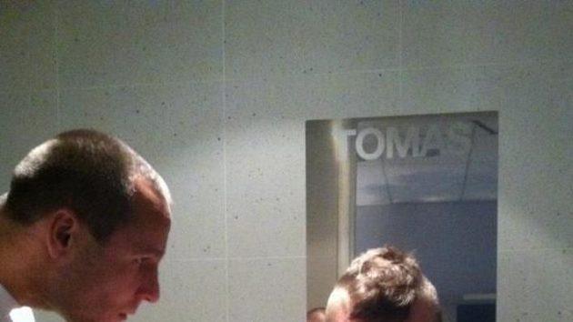 Vlasy Tomáše Berdycha jdou dolů.