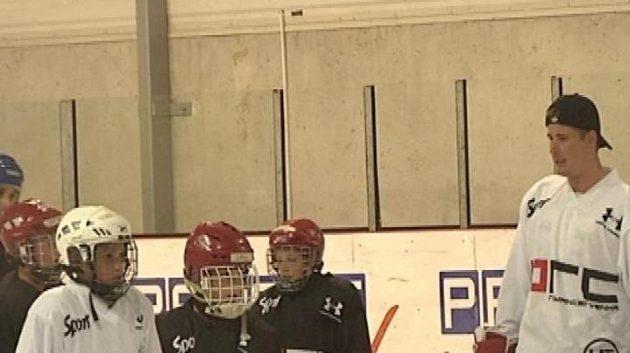 Hokejovým nadějím předává zkušenosti Roman Červenka