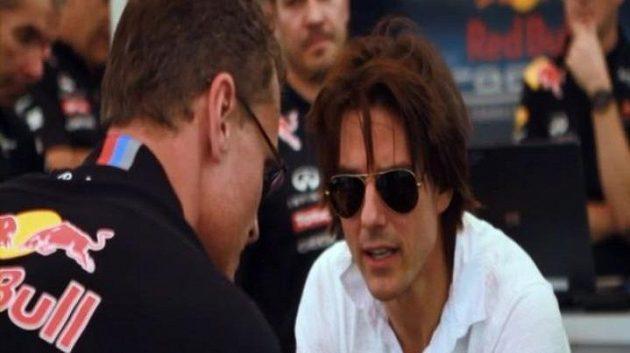 Tom Cruise pečlivě naslouchá radám Davida Coultharda před usednutím do kokpitu formule 1.