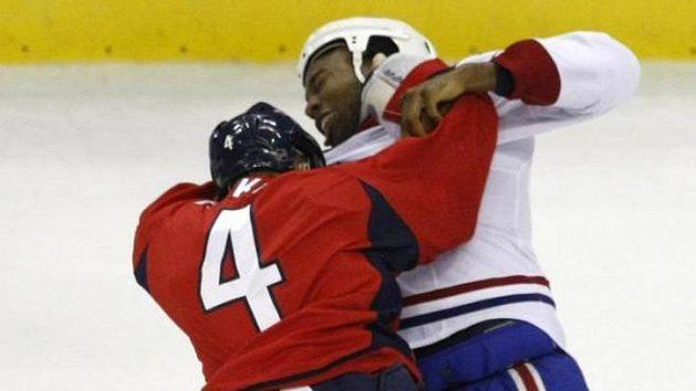 Obránce Washington Capitals John Erskine (4) zastavuje Georgese Laraqua z Montrealu Canadiens.
