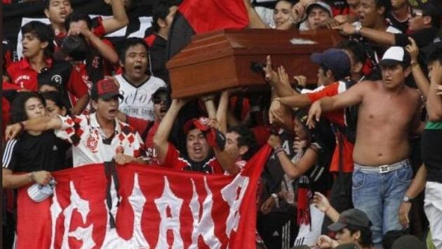 Fanoušci klubu Deportivo Cúcuta s sebou na zápas vzali rakev s mrtvým kolegou.
