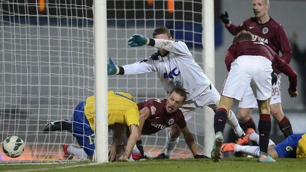 Vpravo zády Bekim Balej ze Sparty střílí gól. Zleva Tomáš Vondrášek a brankář Tomáš Grigar z Teplic. Mezi nimi Tomáš Zápotočný ze Sparty.