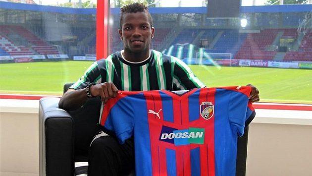 První letní posilou fotbalistů Plzně je nigerijský záložník Ubong Ekpai, který dosud působil ve Zlíně.