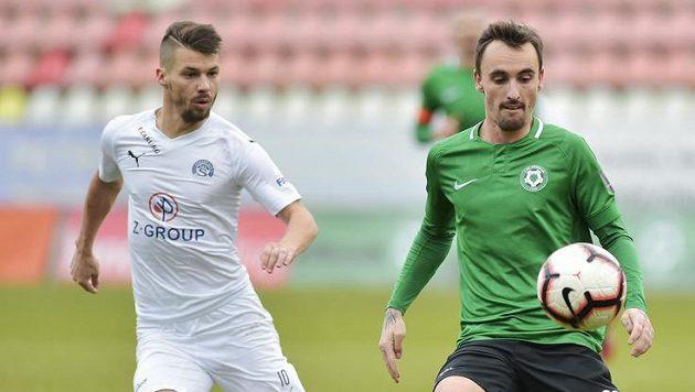 Fotbalista Slovácka Jan Navrátil (vlevo) a Martin Zeman z Příbrami (vpravo) v souboji o míč