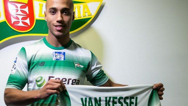 Van Kessel pózuje se zelenobílým dresem Lechie Gdaňsk.