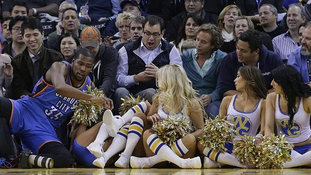 Oklahomský Kevin Durant skončil po neúspěšném útoku mezi roztleskávačkami.