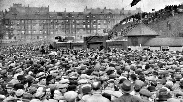 Fanoušci před branami Hampden Parku v Glasgowě v roce 1937 pžed zápasem Skotska s Anglií.