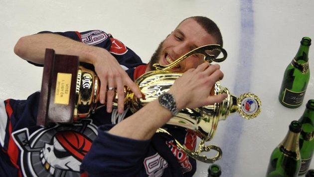 Nikola Gajovský s pohárem pro vítěze 1. ligy