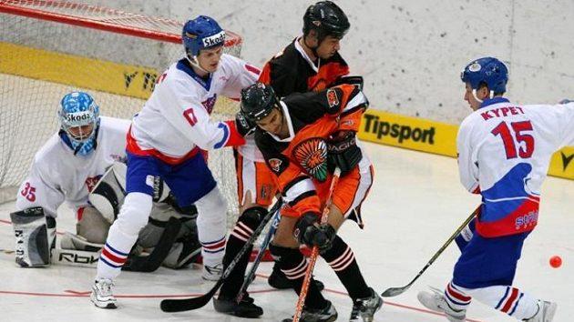 Hokejbalisté Indie před českou brankou