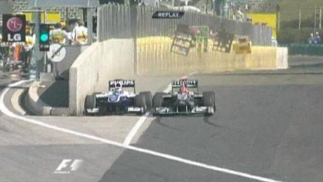 Rubens Barrichello byl při předjíždění Michaela Schumachera natlačen až k boxové zdi.