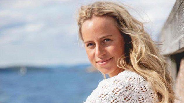 Norská biatlonistka Tiril Eckhoffová při posezónním reklamním focení u vody