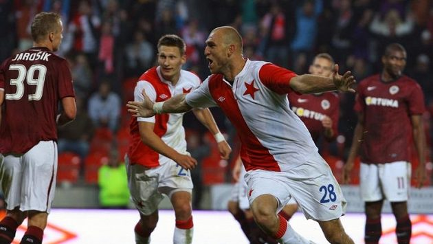 Slávista Martin Latka oslavuje svůj gól v derby.