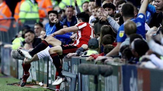Fanoušek Portsmouthu nakopl hostujícího fotbalistu Sunderlandu Luka O'Niena během utkání playoff třetí anglické ligy.