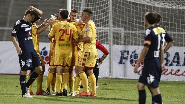 Fotbalisté Dukly Praha se radují, dali druhý gól a jejich klub v tu chvíli vedl po čtyřiceti letech zase ligu.