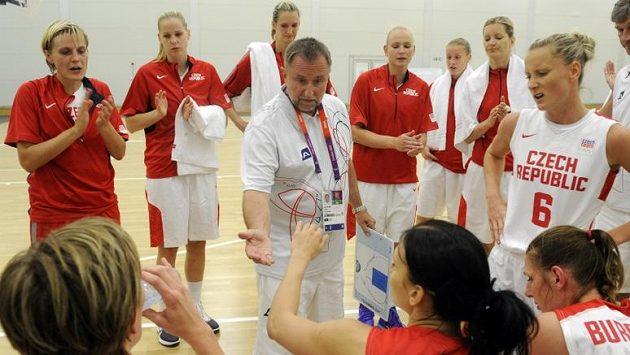Trenér Lubor Blažek s reprezentačním týmem basketbalistek