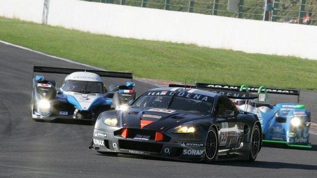 Posádka Tomáš Enge, Antonio García obsadila s vozem Aston Martin DBR9 (vpředu) v závodu 1000 km třetí místo ve třídě LMGT1.