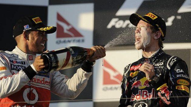 Třetí z Velké ceny Austrálie Lewis Hamilton (vlevo) a druhý v cíli Sebastian Vettel.