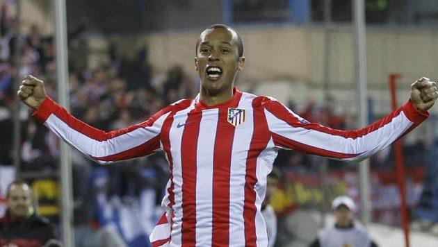 Miranda z Atletika Madrid se raduje z gólu v semifinále Evropské ligy.
