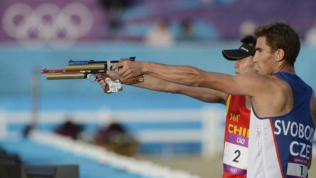 Číňan Cchao Čung-žung (vlevo) a David Svoboda při střelbě.
