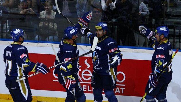 Kladenský útočník Tomáš Plekanec (druhý zprava) se raduje ze vstřelení gólu do sítě Pardubic.
