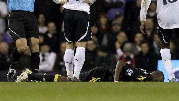 Fabrice Muamba z Boltonu leží na trávníku. Nikdo ještě netuší, že právě dostal infarkt...