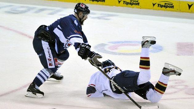V utkání hokejové European Trophy Tygři Liberec - Djurgaarden IF bojuje Jan Výtisk (vlevo) z Liberce a Pontus Aberg z Djurgaardenu.