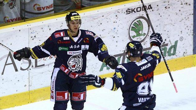 Michal Bulíř a Lukáš Vantuch (vpravo) z Liberce se radují z prvního gólu ve čtvrtfinále play-off proti Budějovicím.