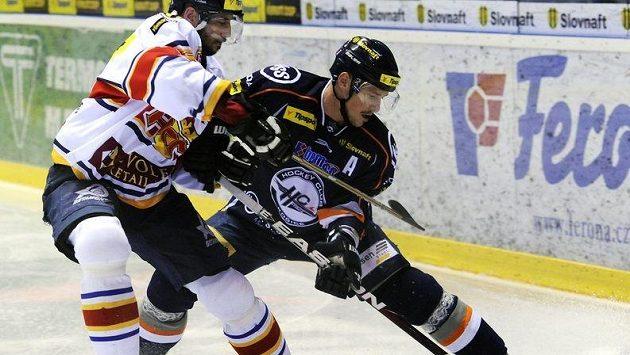 Zvolenský hokejista Jurik (vlevo) v souboji s Draveckým z Košic v semifinále slovenské extraligy.
