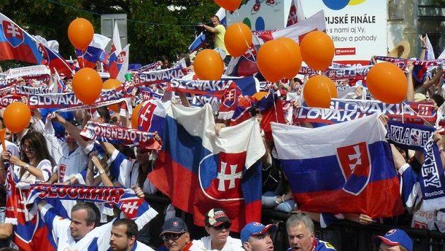Slovenští fanoušci vítají v Bratislavě stříbrné hokejisty.