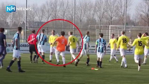 Scénka z regionální nizozemské soutěže je opravdu něčím, co na fotbal nepatří.
