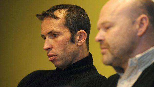 Tenista Radek Štěpánek (vlevo) a fyzioterapeut Petr Kolář oznámili, že hráč do Švýcarska odcestovat nemůže.