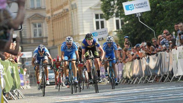 Australan Zak Dempster z celku Endura Racing vítězí ve druhé etapě závodu Czech Cycling Tour.