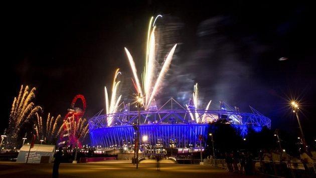Ohňostroj ozáří nebe nad Londýnem jako při poslední zkoušce slavnostního zahajovacího ceremoniálu OH