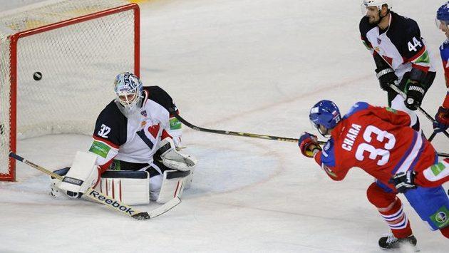 Jaroslav Janus z HC Slovan Bratislava (vlevo) kryje střelu Zdena Cháry z týmu lev Praha.