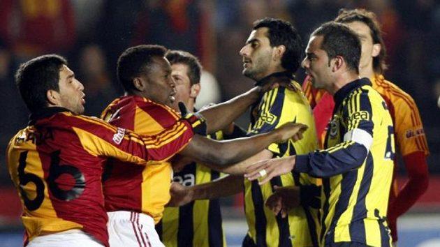 Fotbalisté Galatasaray Istanbul (v žlutočerveném) se perou s hráči Fenerbahce.