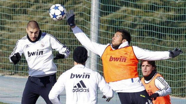 Fotbalisté Realu Madrid na tréninku, zcela vpravo Pedro León