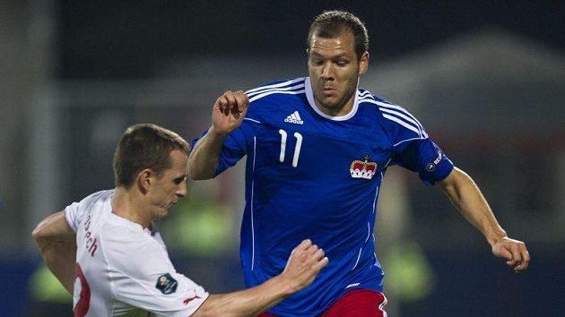 Zdeněk Pospěch (vlevo) se snaží odebrat míč Franzi Brugmeierovi z Lichtenštejnska.