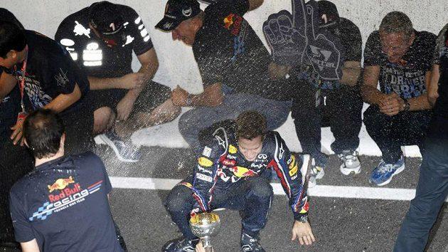 Sebastian Vettel slaví, obhájil titul mistra světa.