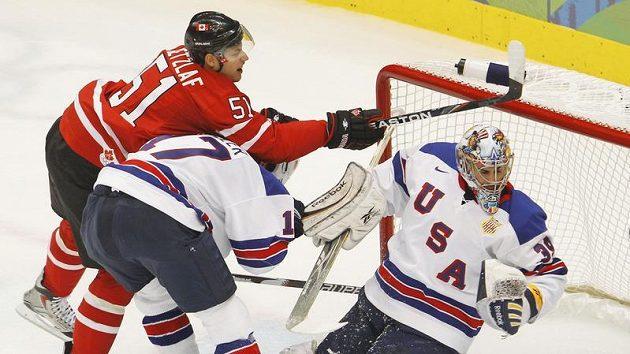 Kanaďan Ryan Getzlaf (vlevo) se snaží překonat amerického brankáře Ryana Millera.