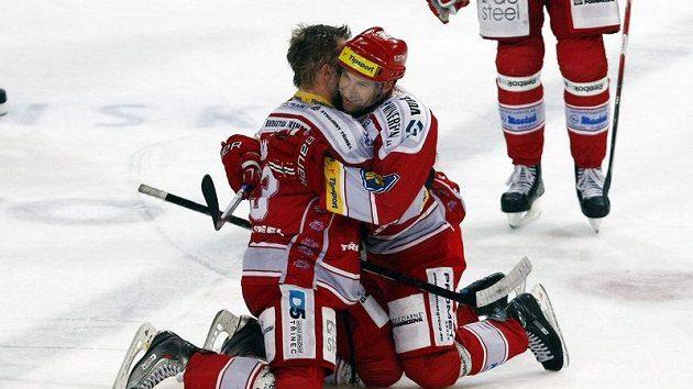 Hokejisté Třince Martin Adamský (vlevo) a Jan Peterek.