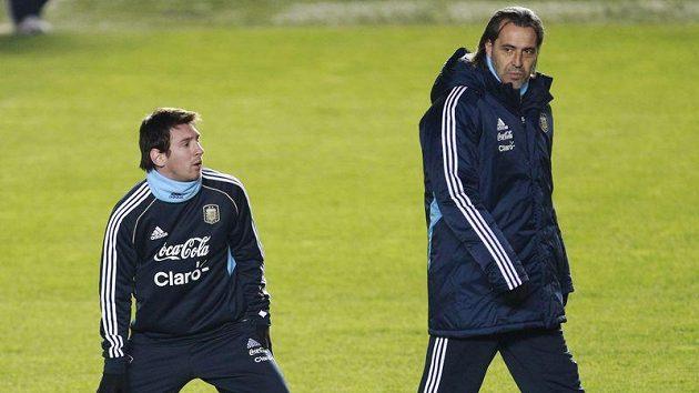 Argentinský trenér Sergio Batista (vpravo) a Lionel Messi na tréninku před zápasem s Kostarikou.
