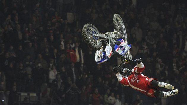 Americký freestyler Scott Murray ztrácí kontrolu nad svým motocyklem při pokusu o double blackflip (dvojité salto vzad).