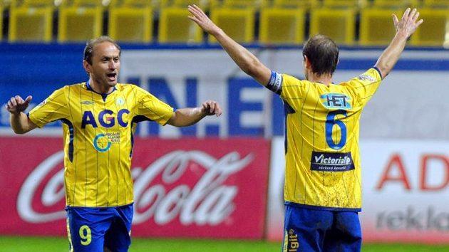 Teplický Pavel Verbíř (vlevo) se raduje se střelcem gólu Vlastimilem Vidličkou.