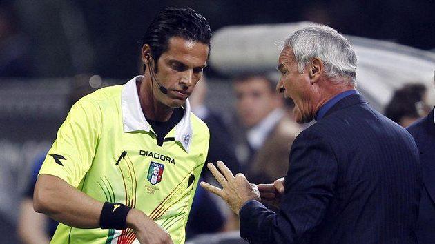 Trenér Interu Milán Claudio Ranieri v diskusi s rozhodčím Gianlukou Rocchim během zápasu s Neapolí.