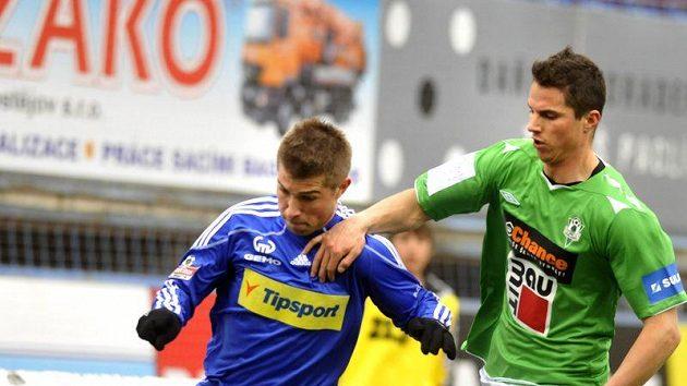 Pavel Šultes z Olomouce uniká v pohárovém čtvrtfinále jabloneckému Pavlu Eliášovi.