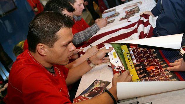 Libor Sionko během autogramiády, při níž hráči Sparty nabízeli fanouškům také permanentky na jaro.
