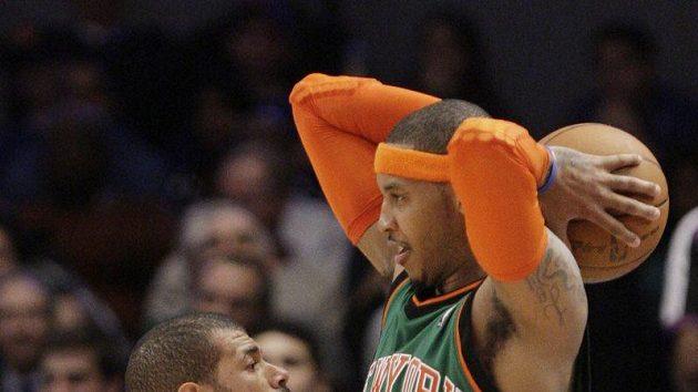 Shane Battier z Memphisu (vlevo) se snaží zabránit ve střelbě Carmelu Anthonymu z NY Knicks.