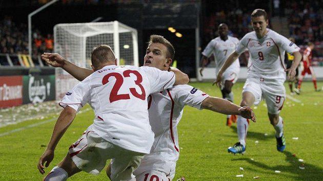Švýcar Xherdan Shaqiri (uprostřed) se raduje z vítězného gólu, který vstřelil Dánsku.