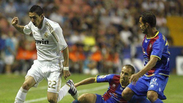 Angel Di Maria z Realu Madrid (v bílém) se probíjí obranou Levante.